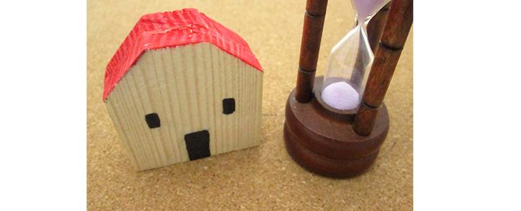 木造家屋と砂時計
